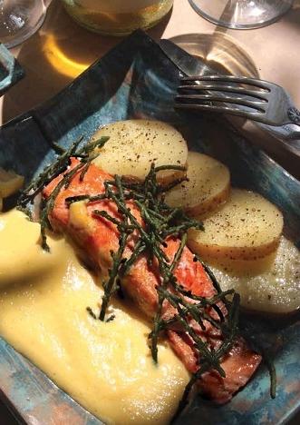 Gekonfijte zalmmoot met zeekraal en een schuimige citroensaus